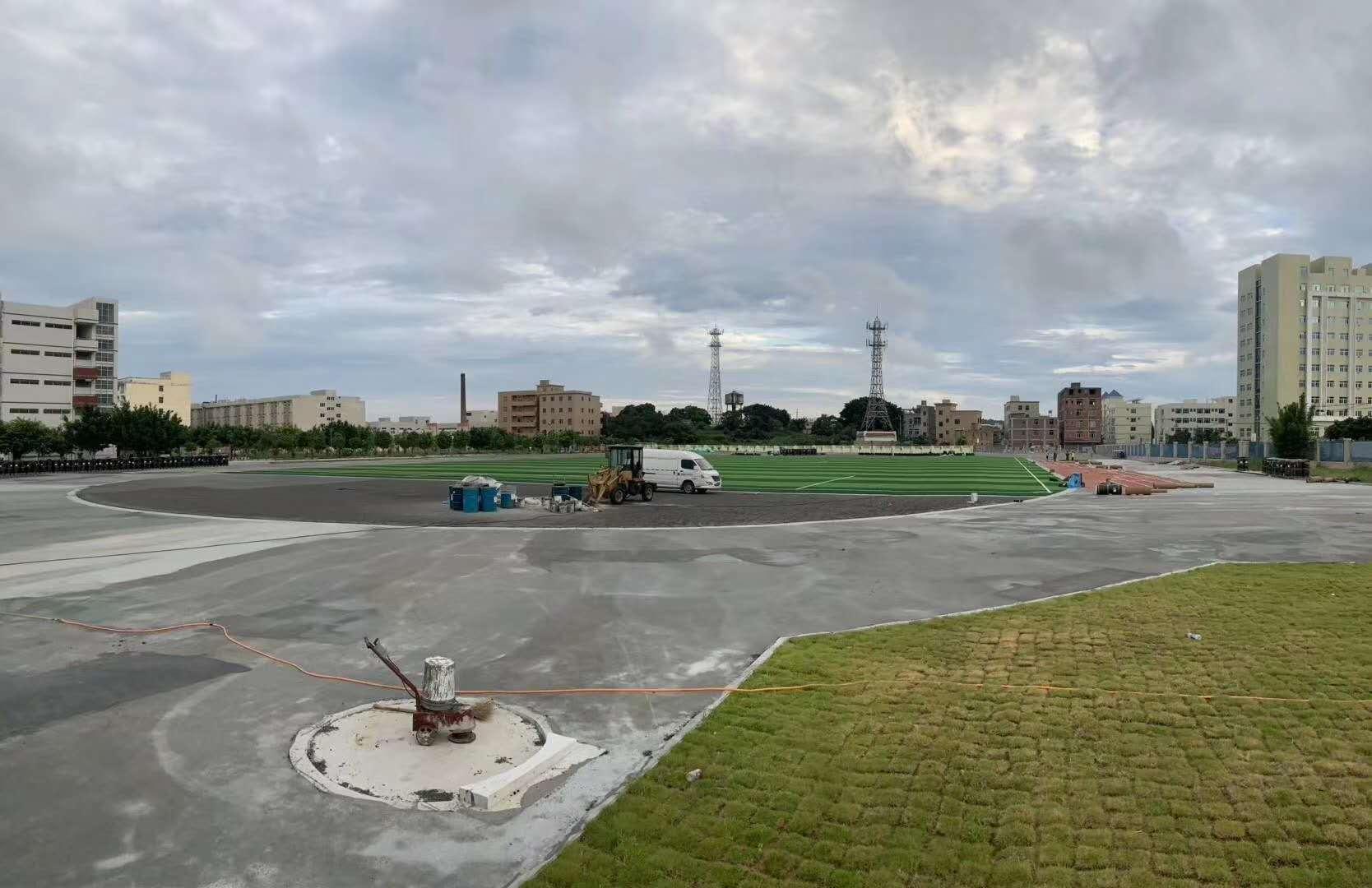 台商区玉埕中学预制型卷材跑道球场及配套设施项目紧张进行时