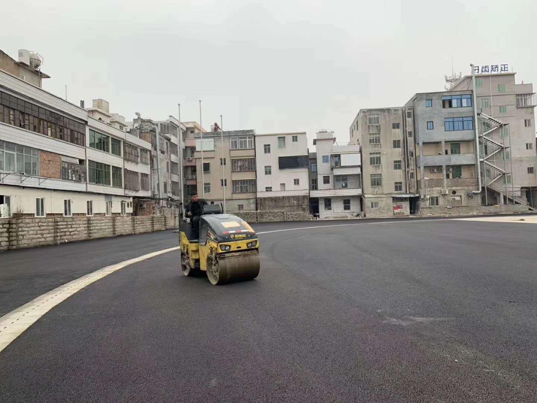 张坂中学400m运动场沥青浇筑时